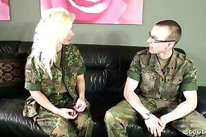 German Mature - BUNDESWEHR MILF fickt JUNGSPUND in der Kaserne ohne Kondom